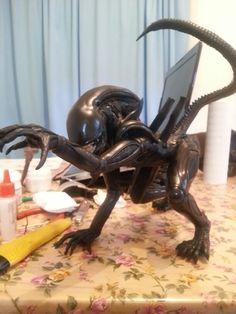 Alien esculpida en masilla epoxi.
