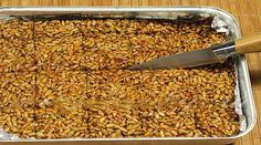 """Vă prezentăm o rețetă de """"cranțuri"""" delicioase cusemințe de floarea soarelui. Este o rețetă extrem de simplă, ce poate fi preparată de oricine. Este un desert perfect pentru a fi luat la pachet, mai ales dacă aveți de parcurs un drum lung. Experimentați cu semințele, nucile și fructele uscate preferate, obținând de fiecare dată o nouă capodoperă culinară. INGREDIENTE -250 g semințe curățate de floarea soarelui -250 g de zahăr -150 ml de apă -5 picături suc de lămâie Notă:VeziMăsurarea…"""
