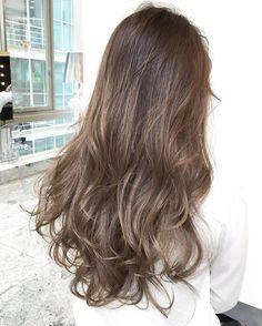 髪色がマンネリ気味で、個性をつけたいけれどどうすればいいのかわからない。そのような場合にはグラデーションカラーやインナーカラーなどで華やかさと個性をつけることができます。でも、いきなり派手な色にするのは勇気がいりますよね。このまとめでは初めての人でも気軽に取り入れられるヘアカラーを集めました。ぜひ取り入れてください♡