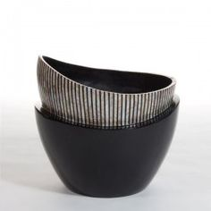 RHINE BLACK vase in vase round medium black lacquer and MOP. #Cravt #DKhome #Craftsmanship #Living #Vases #Motherofpearl #Luxuryfurniture