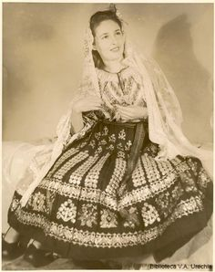Romanian folk traditional clothing Part 2 Mexican Traditional Clothing, Traditional Art, Traditional Outfits, Mexican Costume, Folk Costume, Costumes, How To Wear Scarves, Ethnic Fashion, Dress Outfits