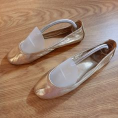 Size 9 Gold metallic color Good condition slightly wear Smoke and pet free home Fast Ship Same or Next Day Metallic Colors, Tory Burch Flats, Smoke, Ship, How To Wear, Gold, Free, Fashion, Moda