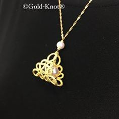 製作チームでは、柏もちとよんでますがGold-Knot新作です。 #ゴールドノット #タティングレース #てしごと #芸術 #金沢 #金箔 #金箔タティング #金箔ジュエリー #伝統工芸 #特許出願中 #Gold_Knot #tattinglace #handmade #art #goldleaf #goldleafjewelry #jewelry #gold #kanazawa Tatting Earrings, Tatting Jewelry, Wire Jewelry, Needle Tatting, Tatting Lace, Tatting Patterns Free, Knitting Patterns, Celtic Knot Designs, Tatty Teddy
