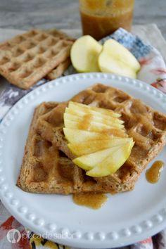 Waffles de manzana y avena www.pizcadesabor.com Manzana a la sartén con azúcar Rubio y un toque de manteca