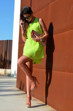 Gorgeous electric lime & yellow stylish summer sleeveless mini dress with stylish leather clutch and stylish ladies sandals the best street style outfits Zuhair Murad, Marchesa, Casual Street Style, Casual Chic, Elie Saab, Lilly Pulitzer, Vestidos Neon, Diva Fashion, Womens Fashion