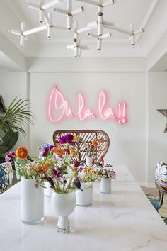 We're Neon Sign lovers here. Like good design? See more neon lights, led lights, el wire lights like this on this board. Hair Salon Interior, Salon Interior Design, Boutique Interior, Beauty Salon Decor, Beauty Bar, Beauty Salons, Beauty Salon Design, Beauty Studio, Spanish Apartment