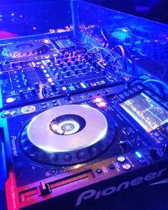 Sweet set up ready for #dj gower and #folie jon tonight #undergroundbartignes #tignesaddict #tignes #pioneer #cdj