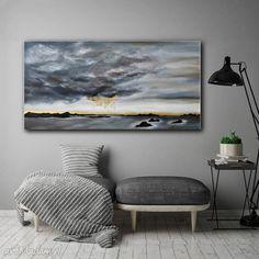 Wyraziście zaznaczone chmury kontrastujące z jasnym niebem. Element abstrakcyjny stanowi złoty deszcz. Bogata kolorystyka: szarość, biel, granat oraz złoty.  Boki obrazu są zamalowane - nie jest wymagana ramka a obraz jest gotowy do powieszenia. #obraz #canvas #design #art Painting Canvas, Tapestry, Home Decor, Living Room, Hanging Tapestry, Tapestries, Decoration Home, Room Decor, Home Interior Design