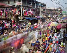 """Martin Roemers: aus der Fotoserie """"Metropolis"""" buntes Treiben auf einer Marktstraße in Lagos/Nigeria"""