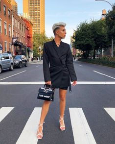 james charles dressed as a woman at DuckDuckGo Boys Wearing Skirts, Men Wearing Dresses, Gay Outfit, Men In Heels, New Mens Fashion, Artists And Models, Androgynous Fashion, Androgyny, Pretty Boys