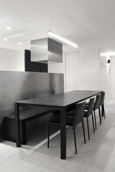 Una mesa de comedor de línea sencilla y sillas simples negras.  Descubre nuestros muebles minimalistas en Muebles Bonitos, muebles de diseño baratos. www.mueblesbonitos.com