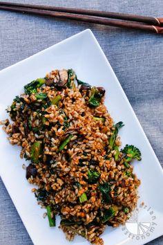 Crispy Garlic Fried Brown Rice w& (vegan, gluten-free) - Vegetarian Gastronomy Vegan Foods, Vegan Dishes, Vegan Vegetarian, Vegetarian Recipes, Healthy Recipes, Rice Dishes, Delicious Recipes, Fried Brown Rice, Fried Rice