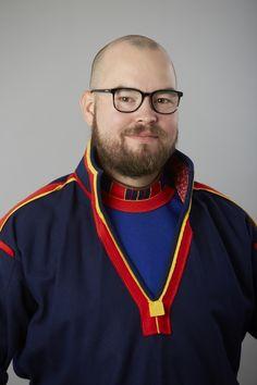 Paulus Kuoljok i Gällivare samedräkt. Paulus Kuoljok wearing a Saami kirtle from Gällivare. Pressbild från Sametinget.se