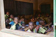 Inklusive Schule #CEFISE in #Ouagadougou. Kinder mit und ohne #Behinderung lernen hier gemeinsam. Credit: Aleksandra Pawloff #Bildung #Schule #BurkinaFaso Wrestling, Sports, Education, School, Studying, Kids, Lucha Libre, Hs Sports, Sport