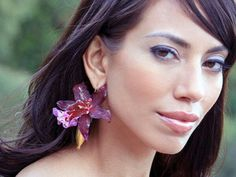 Gold vase earrings by Fleurings hold water and fresh flowers. Flowers stay fresh for hours, even days. Orchids like the dendrobiums pictuted here make a stunning look. Perfect accessory to wow the crowd. Http://fleurings.com