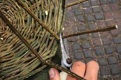 Weaving a basic basket Paper Basket Weaving, Rope Basket, Bramble, Primitive, Diy And Crafts, Baskets, Herbs, Ideas, Hampers