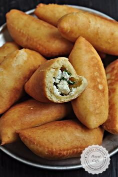 Puf Böreği Tarifi Greek Cooking, Cooking Time, Turkish Recipes, Asian Recipes, Bread And Pastries, Pastry Recipes, Baby Food Recipes, Hot Dog Buns, Food To Make