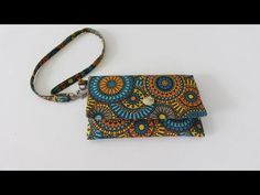 Regina Molina shared a video Diy Wallet, Fabric Wallet, Fabric Purses, Fabric Bags, Tutorial Patchwork, Diy Bags Purses, Purses And Handbags, Baby Sewing, Free Sewing