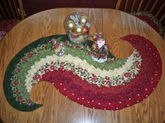 QUILTED CHRISTMAS TABLE RUNNER IMAGES | Sprial Table runner - Quilters Club of America
