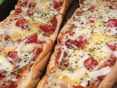 Pizziolas en Pan Baguette. Agregue sus ingredientes favoritos como jamón, tomate, hongos, pepperoni...