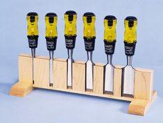 Chisel rack French cleat hierbij. 2 stukken plywood op elkaar plakken met spacing voor de beitels. De hoeken chamferen.
