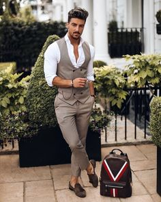 6 erros que os homens cometem ao usar roupa social - Uñas Coffing Maquillaje Peinados Tutoriales de cabello Formal Men Outfit, Formal Dresses For Men, Men Formal, Formal Wear, Double Breasted Waistcoat, Men's Waistcoat, Indian Men Fashion, Mens Fashion Suits, Womens Fashion