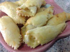 Folhadinho salgado recheado com abacaxi e lombinho.