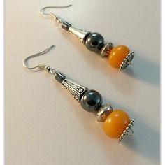 Boucles d'oreilles pendantes , perle boulier de jade miel ,perle texturée métal argenté, hématite ronde , et hématite colonne