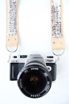 DIY no sew sequin camera strap by sugar and cloth. It says no sew, but I'd rather sew the hems instead of gluing them. especially when its holding a camera. Diy Projects To Try, Sewing Projects, Do It Yourself Quotes, Camera Straps, Diy Accessories, Camera Accessories, Diy Clothes, Diy Tutorial, Diy Fashion