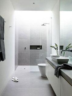 Baño pequeño, estrecho y alargado en color gris y moderno #bañosmodernos