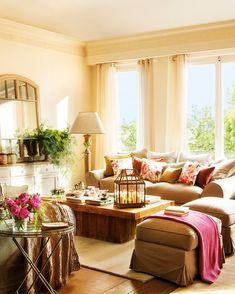 Si sofá, cortinas y alfombra comparten el mismo color y es un tono claro, crearás un ambiente sereno que parecerá crecer.Deja los colores vivos para los estampados de los cojines