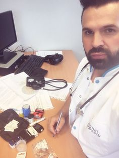 Uff...dupa dezordinea de pe birou 😜misiune îndeplinită! 40 consultații bifate astăzi. Pacienti multumiți versus Doctor satisfăcut. Belgium Loves me 😇 www.doctorlazarescu.ro