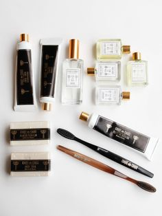 The essentials set, which is featured in all of our residences contains: 2 hand soaps 60gr, 1 shampoo, 1 conditioner, 1 mini bath oil Tabaco, 1 mini bath oil Flor de Naranjo, 1 mini eau de cologne Tab