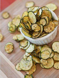 Zucchine chips Zucchine, 1 kg Sale, 1 cucchiaino Pepe, 1 cucchiaino Aceto, 1 cucchiaio Esecuzione Tagliare le zucchine sottili come nella foto Mescolare, in una ciotola capiente, il sale, il pepe e l'aceto. Aggiungere le zucchine e mescolare bene fin quando il composto non è distribuito omogeneamente. Disporre le zucchine in una teglia e mettere in forno caldo a 200°C (15min circa dipende dal vs forno meglio controllare) Estrarre solo quando sono asciutti e croccanti.
