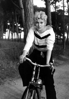 Acts as. Kim Novak rides a bike. Hollywood Stars, Classic Hollywood, Old Hollywood, Hollywood Actresses, Actors & Actresses, Divas, Pin Up, Hitchcock Film, Kim Novak