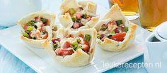 Makkelijk high tea recept: hartige broodbakjes gevuld met tomaat, spekjes en bosui