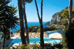 30 sono le camere e le suite eleganti de La Scalinatella, decorate con le maioliche dipinte a mano, dotate di tutti i comfort. Un concentrato di bellezza caprese per un soggiorno romantico sull'isola azzurra. #boutiquehotel #hotel #italia #italy #capri