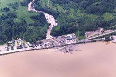 La rivière Chicoutimi emporte une partie du boulevard Saguenay au pied de la côte Saint-Jean-Eudes. 1996 Canadian History, Saint Jean, Images, Outdoor, Antique Pictures, History, Outdoors, Outdoor Games, Outdoor Life