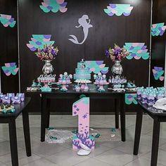 Linda festa de 1 ano no tema sereia ! Decoração e personalizados feitos pelo Atelier Fazart.