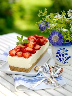 Lantliv Midsommar Cheesecake med jordgubbar Country life midsummer cheesecake with strawberries Cupcakes, Swedish Recipes, Strawberry Cheesecake, Afternoon Tea, Summer Recipes, Sweet Tooth, Good Food, Food And Drink, Favorite Recipes