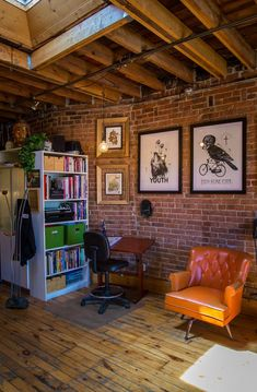 Under My Thumb's Homey Tattoo Studio Under My Thumb's Homey Tattoo Studio Creative Workspace Tour Tatto Shop, Minimal House Design, Tattoo Studio Interior, Decor Pad, Wooden Staircases, Industrial Living, Living Spaces, Living Room, Sweet Home