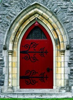 Church door in Montreal;560979697303900457
