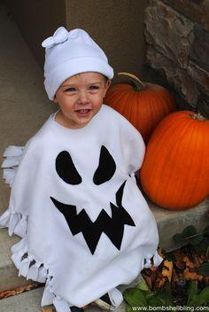 disfraces halloween caseros, niño con disfraz de espiritu blanco y calabazas