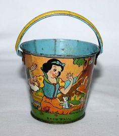 1938 lithographed 'Snow White' sand pail Disney Toys, Disney Mickey, Snow White Characters, Bucket And Spade, Sand Toys, Beach Toys, Kids Toys, Children's Toys, Disney Addict