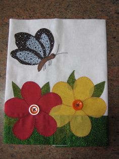 Jogo de cozinha composto de panos de prato, bate mão e capa pra galão Applique Towels, Machine Embroidery Applique, Wool Applique, Applique Quilts, Ribbon Embroidery, Embroidery Stitches, Mug Rug Patterns, Applique Patterns, Applique Designs
