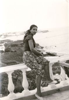 Maria Callas on holiday in Ischia, 1956 Maria Callas, 1950s Aesthetic, Greek Beauty, Opera Singers, Vintage Beauty, Vintage Style, Music Icon, Rare Photos, Classical Music
