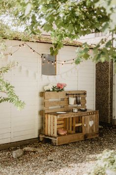 Die liebe eileenvonberckefeldt hat für ihre jüngsten Familienmitglieder eine Wahnsinns-Matschküche aus Paletten gezaubert. Die sieht nicht nur super cool aus, sondern wird von den Kids mit Sicherheit auch richtig geliebt! Wir finden sie definitiv großartig!😊😉 #matschküche #kinderküche #outdoor #palettenküche #palettendiy #diy #COUCHstyle Licht Box, Mud Kitchen, Small Hallways, Good Environment, Gate House, Pretty Designs, Cozy Place, Light Shades, Contemporary Interior