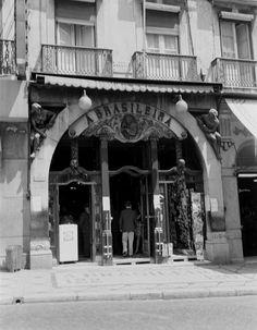 Café 'A Brasileira do Chiado' após remodelação, circa 1960 Old City, Portuguese, Vintage Photos, Black And White, Architecture, Funny Things, Places, Photographs, Memories