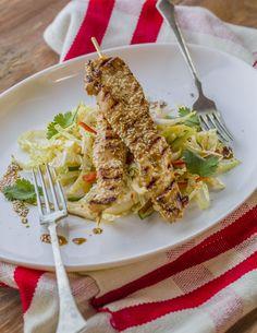 Szezámos csirkenyárs - csípős kínai kel salátával   A szezámos csirkenyárs mindamellett, hogy ízletes fogás, igazán tápláló és vitaminokban gazdag étel. A szezámmag a hindu mitológia szerint a Yama istenség által megáldott mag, mely Keleten a halhatatlanság szimbóluma. Súlyarányosan hétszer több Kalcium található benne, mint a tehéntejben, E-, B1-, B2-, D-vitamin-, foszforsav-, lecitin-, szezamin- és telítetlen zsírsav-tartalma pedig igazi jótéteményt jelent szervezetünk számára. Keleten a… Spaghetti, Tableware, Ethnic Recipes, Kitchen, Food, Dinnerware, Cooking, Tablewares, Kitchens