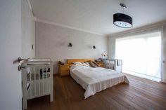 Spálňa s veľkým oknom